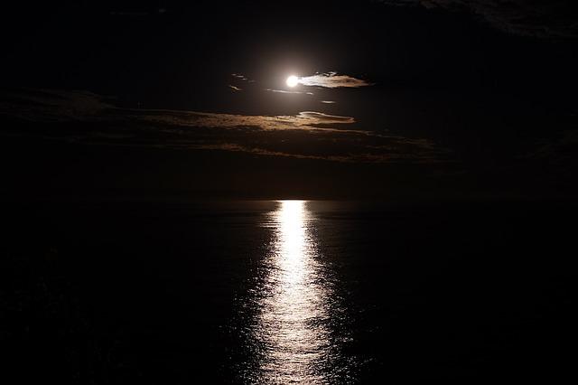 moon-shine-1188106_640